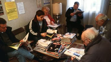 Des patients dans la salle d'attente d'un médecin généraliste de Vitry-sur-Seine, dans le Val-de-Marne, en 2002.