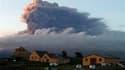 Panache de cendres au-dessus du volcan Eyjafjöll en Islande, dimanche. Le nuage de cendres volcaniques venu d'Islande a entraîné lundi la fermetures des principaux aéroports de Grande-Bretagne et des Pays-Bas et il menace de perturber à nouveau largement