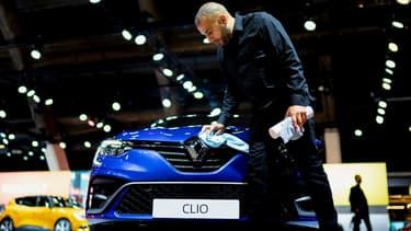 Image d'illustration - Une Renault Clio neuve en exposition dans un salon.