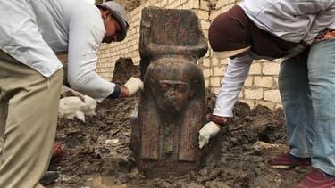 """Un """"rare"""" buste d'une statue du pharaon Ramsès II a été découvert près de Guizeh. EGYPTIAN MINISTRY OF ANTIQUITIES / AFP"""