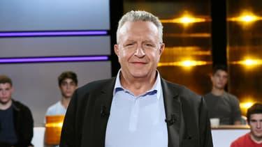 Michel Field annonce renoncer au projet de confier à un producteur extérieur l'une des émissions politiques de la rentrée..
