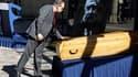 Le ministre de la Culture Frédéric Mitterrand près du cercueil de Claude Chabrol sur le parvis de la Cinémathèque française, à Paris. La famille du cinéma français a rendu vendredi un émouvant hommage à l'un de ses plus brillants représentants, décédé dim
