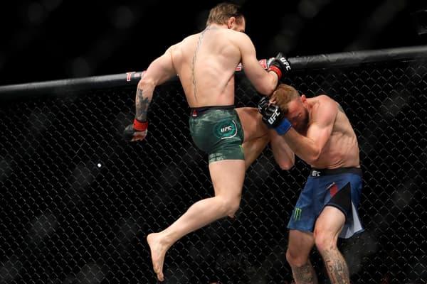 Conor McGregor (en l'air) lors de son combat contre Donald Cerrone en janvier 2020