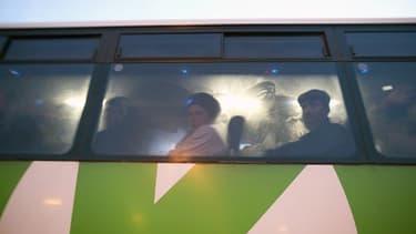 Des Palestiniens dans un autobus à  un point de passage entre la Cisjordanie et Israël, le 4 mars 2013