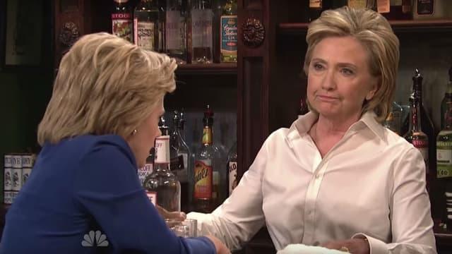 "Hillary Clinton joue les serveuses dans le ""Saturday Night Live"" le samedi 3 octobre."