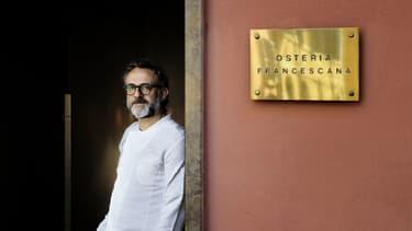 Massimo Bottura pose devant l'Osteria Francescana de Modena, classé meilleur restaurant du monde en 2016.