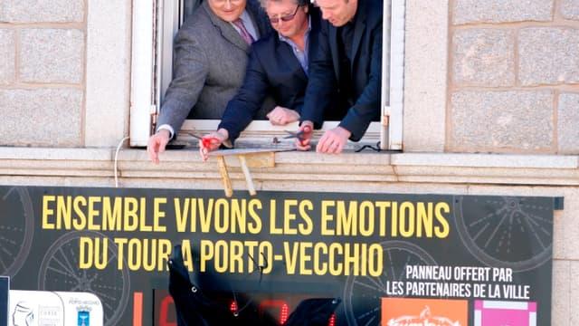 Paul Giacobbi (président du conseil exécutif corse) , Georges Mela (maire de Porto-Vecchio) et Christian Prudhomme (directeur du Tour), dévoilant le compte à rebours