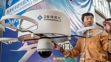 Un home présente un drone lors de la 9e exposition chinoise consacrée à l'aviation, le 12 novembre 2013