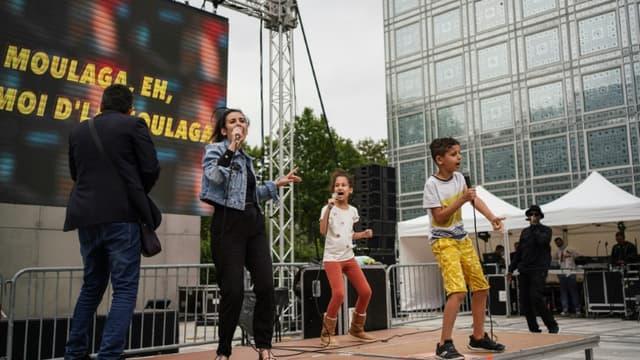 Une artiste et des enfants chantent sur scène lors de la Fête de la musique, le 21 juin 2020 à l'Institut du monde arabe à Paris  (photo d'illustration)