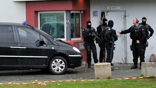 Policiers devant la maison d'arrêt de Lille après la spectaculaire évasion de Redoine Faïd en avril 2013