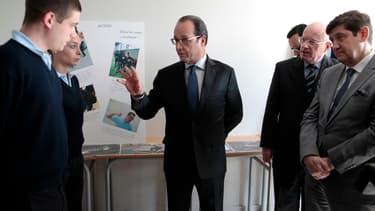Le président de la République François Hollande visite un établissement public d'insertion de la Défense (Epide) à Alençon, 27 avril 2015.