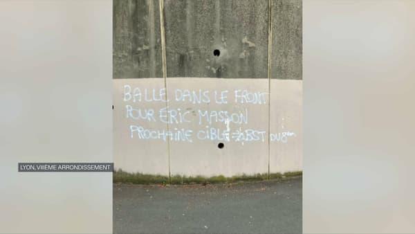 Des menaces visant des policiers découvertes sur un mur à Lyon, le 10 mai 2021.