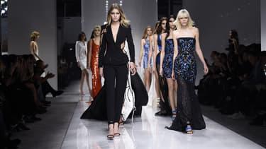 Des mannequins lors du défilé Versace Haute-Couture printemps-été à Paris, le 24 janvier 2016 -