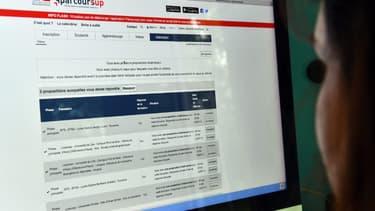 Une lycéenne regarde ses résultats sur le site de Parcoursup (illustration)