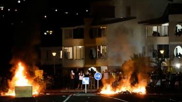 Des heurts ont éclaté ce jeudi soir sur un rond-point de la ville du Port à La Réunion.