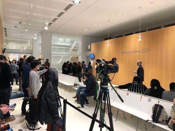 Octobre 2015, 2020 Janvier 2015 Journaux devant la salle d'audience pour le procès pour attentat à la bombe.