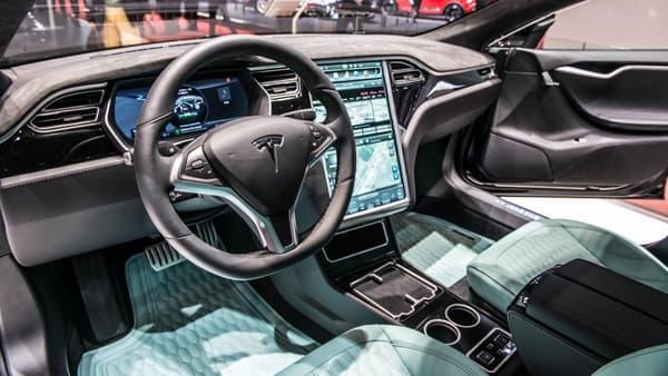 Brabus a aussi redessiné la console centrale du Model S.