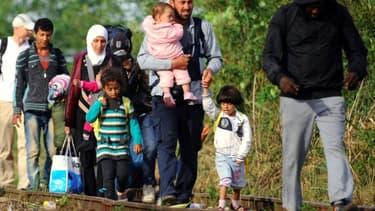 Des familles de migrants à la frontière entre la Serbie et la Hongrie, le 25 août 2015.
