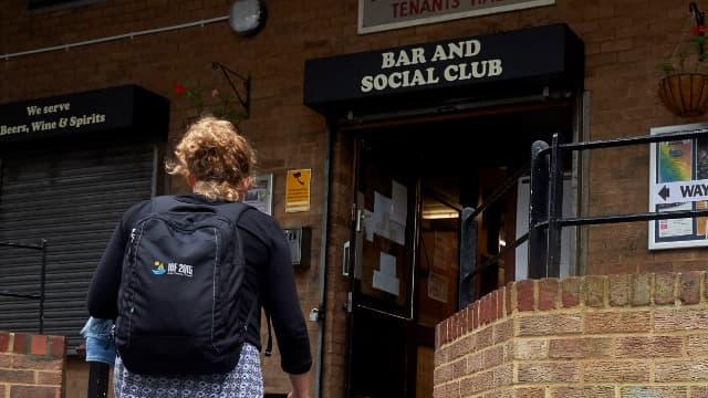 Une femme se rend dans un bureau de vote du sud de Londres, le 23 juin 2016.