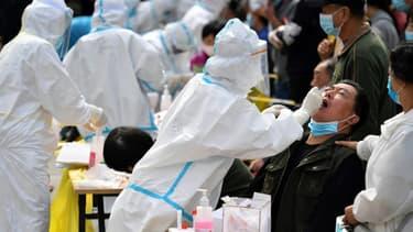 Tests du Covid-19 dans le cadre d'un dépistage massif à Qingdao, en Chine, le 13 octobre 2020 (Photo d'illustration)