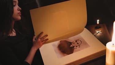"""Images du clip """"Pourquoi moi?"""", extrait de la comédie musicale """"Bernadette de Lourdes""""."""