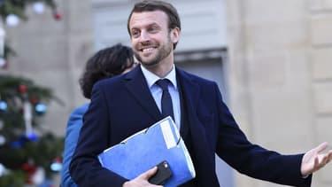 Le ministre Emmanuel Macron a dévoilé un nouveau look lors du Conseil des ministres, le 4 janvier 2016.