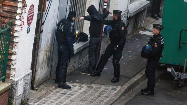 Une perquisition menée dans un squat au Pré-Saint-Gervais, le 27 novembre 2015.