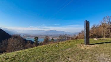 Une photo prise en novembre 2020 et publiée par www.ziarpiatraneamt.ro le 1er décembre 2020 montre un pilier métallique sur la colline Batca Doamnei à Piatra Neamt, en Roumanie.