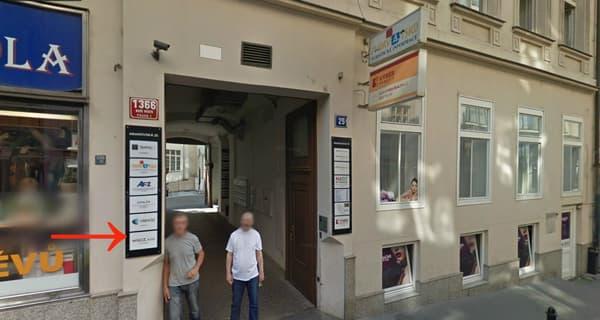 Une discrète plaque indique la présence de la société WGCZ dans une petite rue de Prague.
