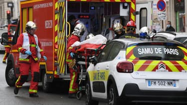 Des pompiers interviennent après une attaque à l'arme blanche près des anciens locaux de Charlie Hebdo, vendredi 25 septembre 2020