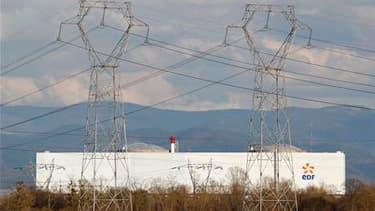 La plus vieille centrale nucléaire française à Fessenheim, près de Colmar. Le gouvernement a de nouveau exclu mardi d'abandonner le nucléaire mais s'est dit ouvert à un audit des 19 centrales nucléaires françaises. /Photo prise le 14 mars 2011/REUTERS/Vin