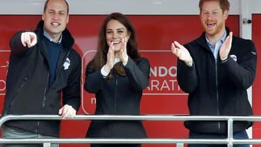 William, Kate et Harry encourageant les participants au marathon de Londres, le 23 avril 2017.