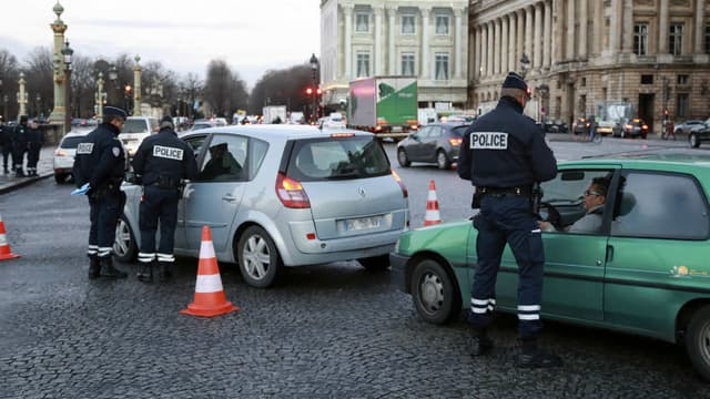 Des policiers contrôlant les véhicules en janvier, quand la Zone de Circulation Restreinte (ZCR) de Paris est entrée en vigueur. A partir du 1er juillet, ils verbalisent les automobilistes dont le véhicule ne porte pas de pastille.