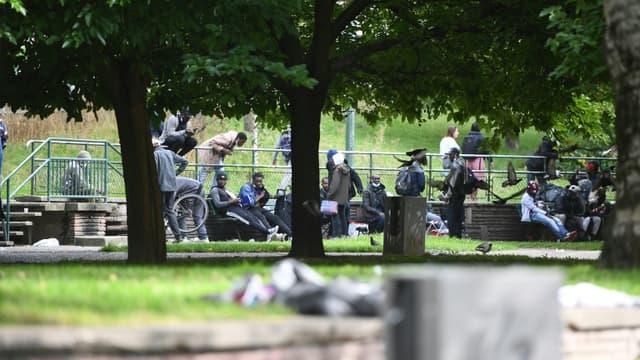 Des personnes regroupées Porte de la Villette après une opération d'évacuation des toxicomanes des jardins d'Eole, le 24 septembre 2021 à Paris