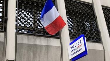 Un homme d'une trentaine d'années a été blessé mercredi soir à Lille lors d'une bagarre avec trois hommes qui, selon lui, lui ont lancé des insultes homophobes en le voyant tenir son compagnon par le bras et il affirme que la police a re...