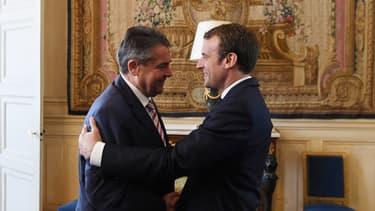 Emmanuel Macron accueille le ministre des Affaires étrangères à l'Elysée.