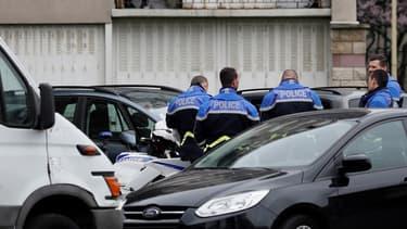 Des policiers enquêtent au logement de l'assaillant d'Orly, à Garges-les-Gonesse.