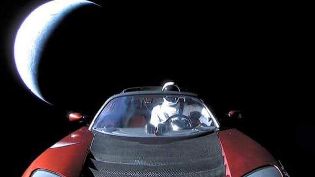 Le Roadster dit adieu à la Terre, qu'il ne reverra sûrement jamais.