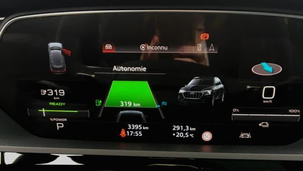 Audi a adapté le Virtual Cockpit à l'électrique, pour indiquer l'autonomie, mais aussi le pourcentage de recharge, ou encore le niveau de récupération d'énergie. Il est de série sur les 2 finitions les plus élevées, et coûte sinon 200 euros en option.