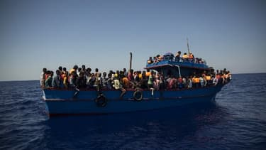 Des migrants attendent d'être secourus par le bateau l'Aquarius de l'ONG SOS méditerranée.