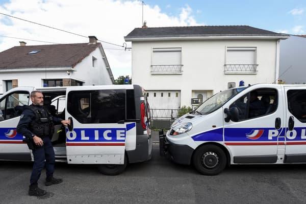 La police judiciaire de Nantes, lors de la reconstitution des meurtres de la famille Troadec à leur domicile, en avril 2019.