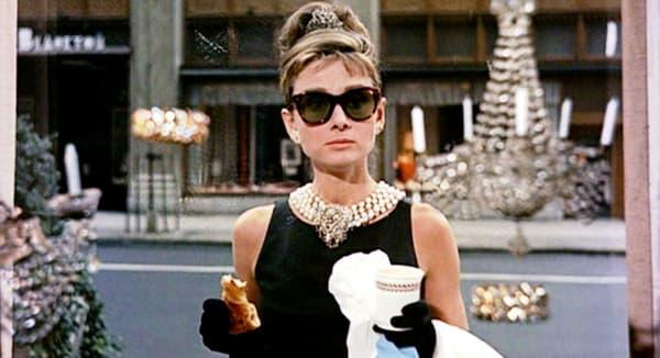 "Audrey Hepburn dans le film ""Breakfast at Tiffany's"", de Blake Edwards."
