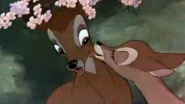 Bambi, jeune héros de Walt Disney profite de l'affection de sa mère avant que celle-ci ne soit froidement abattue par un chasseur.