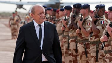 Jean-Yves Le Drian passe en revue les troupes de l'opération Serval en septembre 2013, à Gao au Mali.