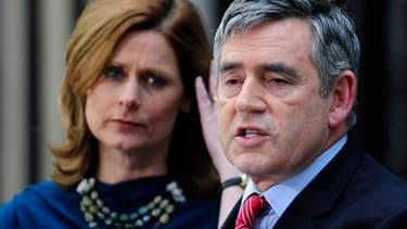 Lors d'un discours en présence de sa femme Sarah devant le 10, Downing Street, le Premier ministre Gordon Brown a annoncé sa démission, suite aux élections législatives du 6 mai remportées par les conservateurs de David Cameron. /Photo prise le 11 mai 201