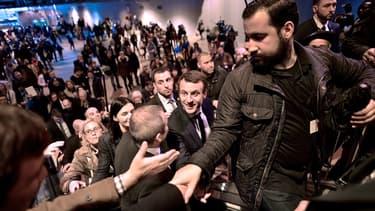 Alexandre Benalla aux côtés d'Emmanuel Macron, candidat à la présidentielle, pendant le Salon de l'Agriculture, le 1er mars 2017.