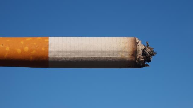 La Ville de Paris déploie à partir de mercredi 10.000 éteignoirs sur les 30.000 poubelles. Le but : inciter les fumeurs à ne plus jeter leurs mégots.