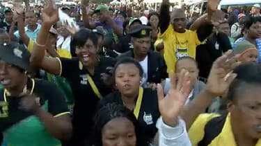 Devant l'hôpital où se trouve Nelson Mandela, Ils sont des centaines à danser en hommage au père de la nation.