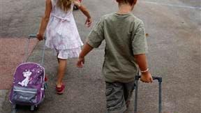 """Le gouvernement a assuré mardi que le coût de la rentrée scolaire n'augmenterait pas cette année, s'appuyant sur la publication d'une enquête réalisée dans 75 départements par l'association """"Familles de France"""". /Photo d'archives/REUTERS/REUTERS/Jean-Paul"""