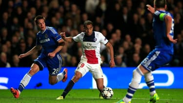 Le Parisien Lucas, ici entre les deux défenseurs de Chelsea César Azpilicueta et John Terry.